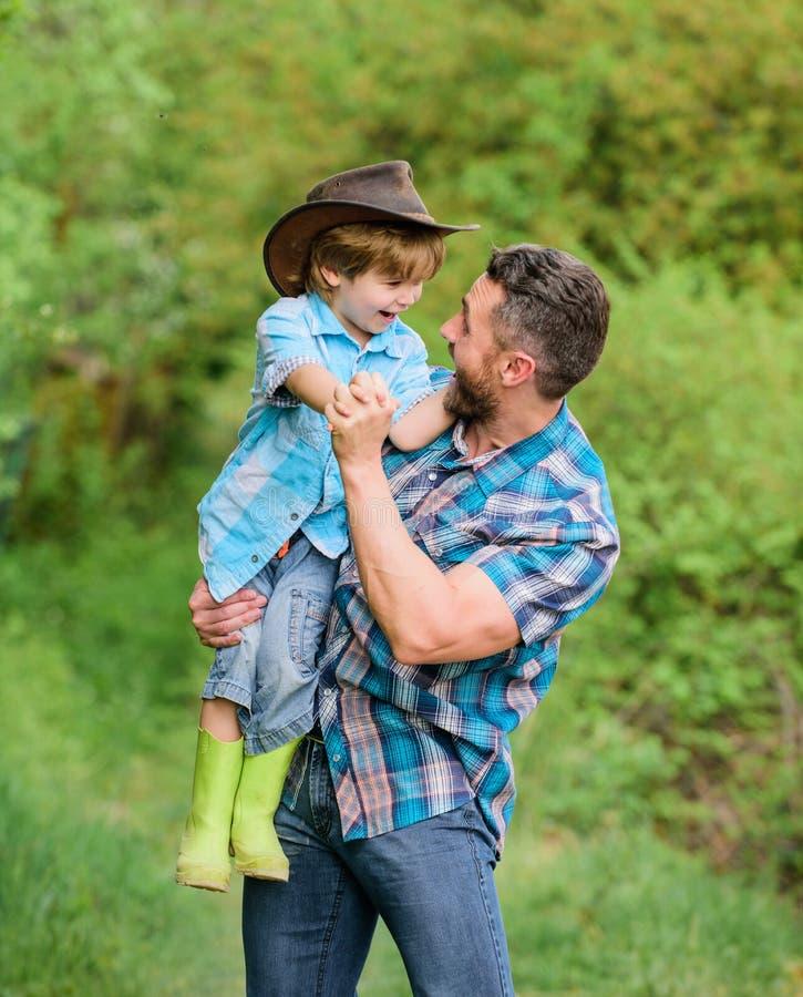 Geest van avonturen Kind die de papa van de pretcowboy hebben De Familie van het landbouwbedrijf Vakantie bij ouderslandbouwbedri royalty-vrije stock afbeeldingen
