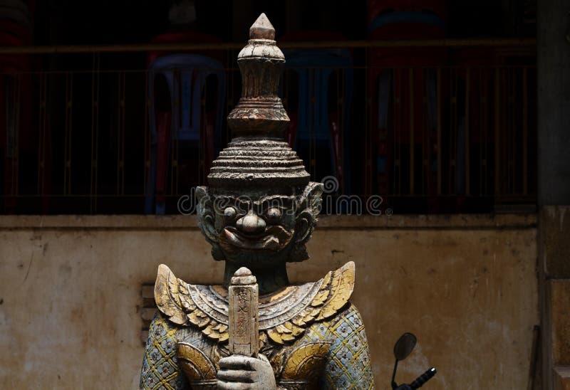 Geestelijk beschermerstandbeeld van hout in boeddhistische pagode Houten standbeeld van strijder Khmer kunsten en ambachten stock afbeeldingen