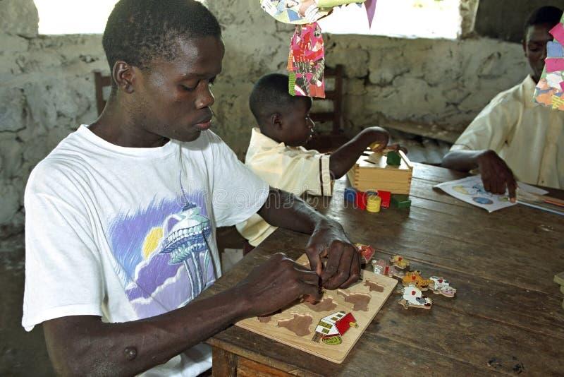 Geestelijk - de gehandicapte Ghanese jongen is in verwarring brengend royalty-vrije stock afbeelding