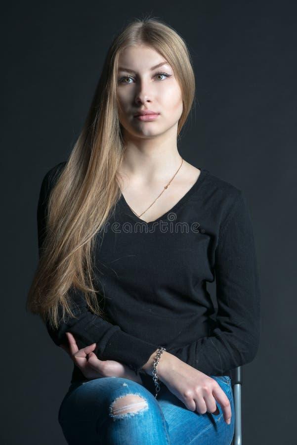 Geestelijk portret van het Russische mooie meisje met lang haar stock foto's