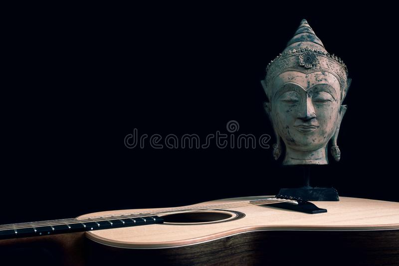 Geestelijke muziek Filosoofmusicus Songwriter Gitaar en Boedha stock afbeelding