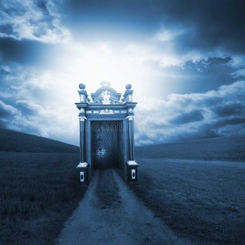 Geestelijke weg achter de poort royalty-vrije stock afbeelding