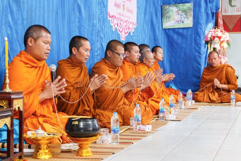 Geestelijkheid in de ceremonie van Thais huwelijk stock foto