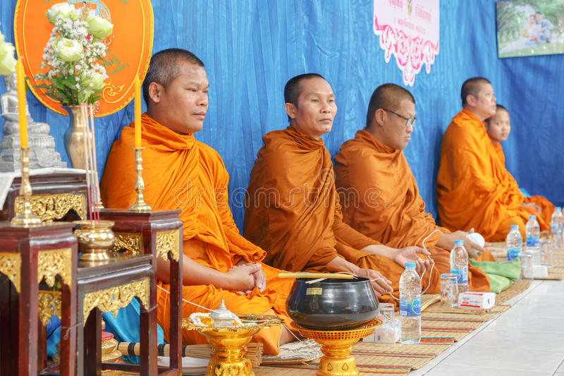 Geestelijkheid in de ceremonie van Thais huwelijk stock afbeelding