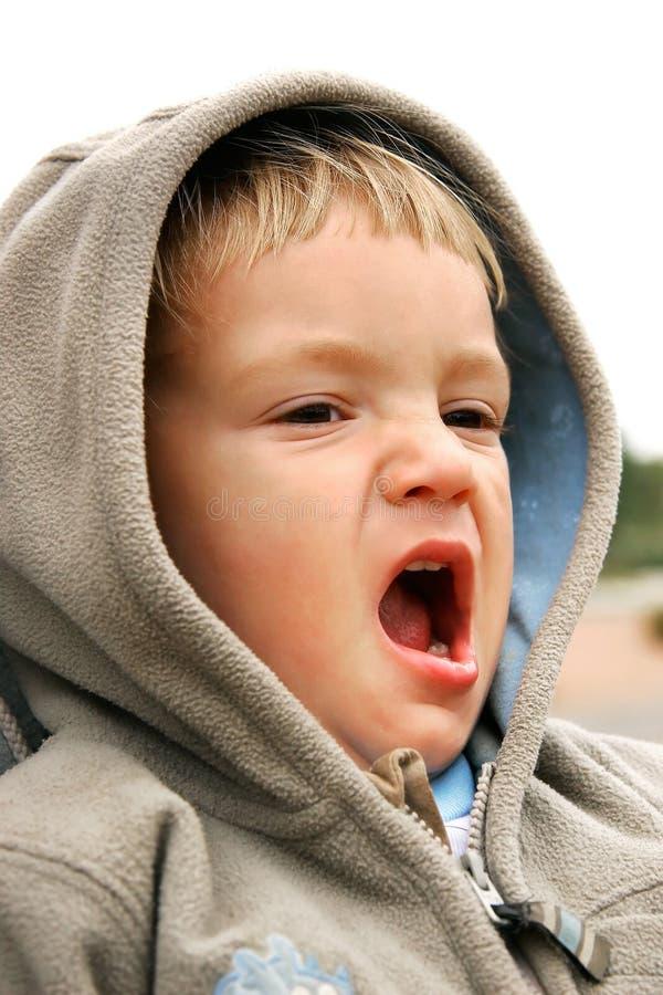 Geeuwende Baby-jongen Die Over Wit Wordt Geïsoleerdi Royalty-vrije Stock Afbeelding