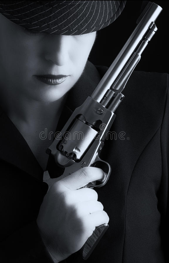 Gefährliche Frau Im Schwarzen Mit Silberner Pistole Lizenzfreies Stockfoto