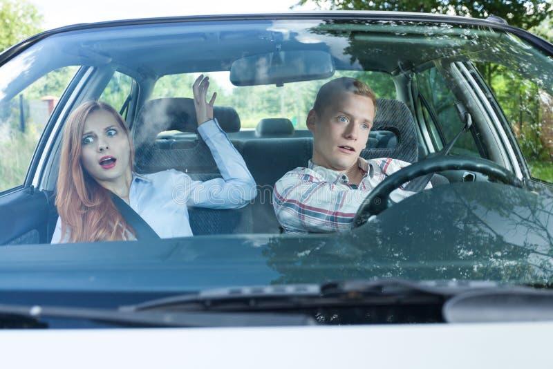 Gefährliche Situation in einem Auto stockbilder