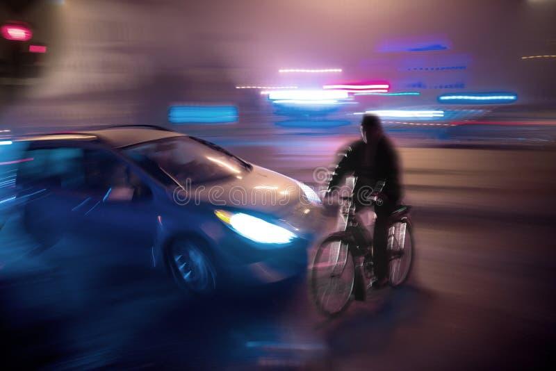 Gefährliche Stadtverkehrssituation mit Radfahrer und Auto lizenzfreie stockfotografie
