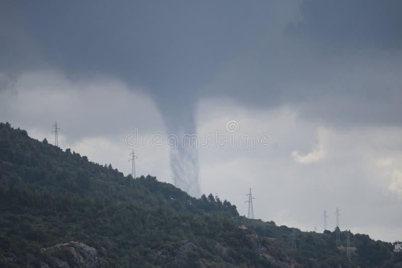 Gefährliche Wasserhose hinter dem Hügel in Kroatien lizenzfreie stockbilder
