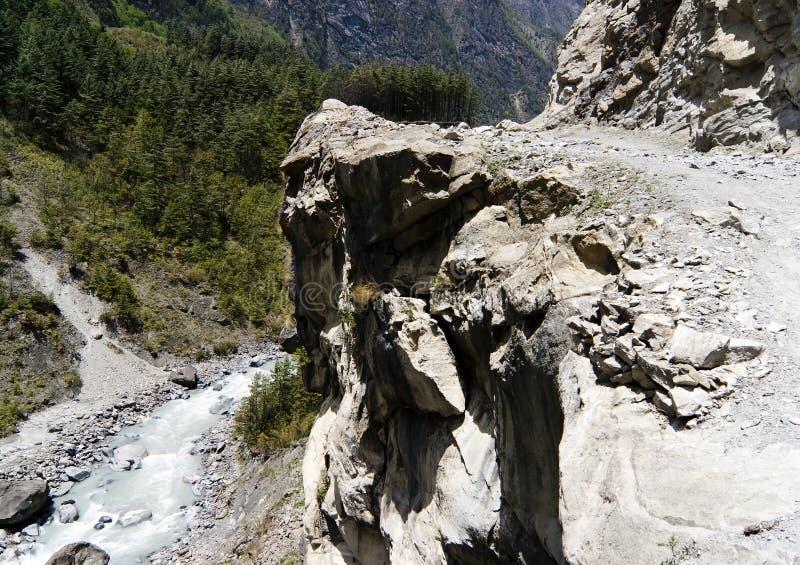 Gefährlicher Gebirgsfußweg über einem Abgrund stockfoto