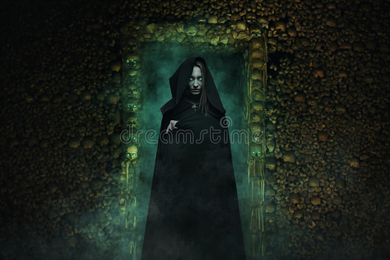 Gefährlicher Vampir in den Katakomben stockfotografie