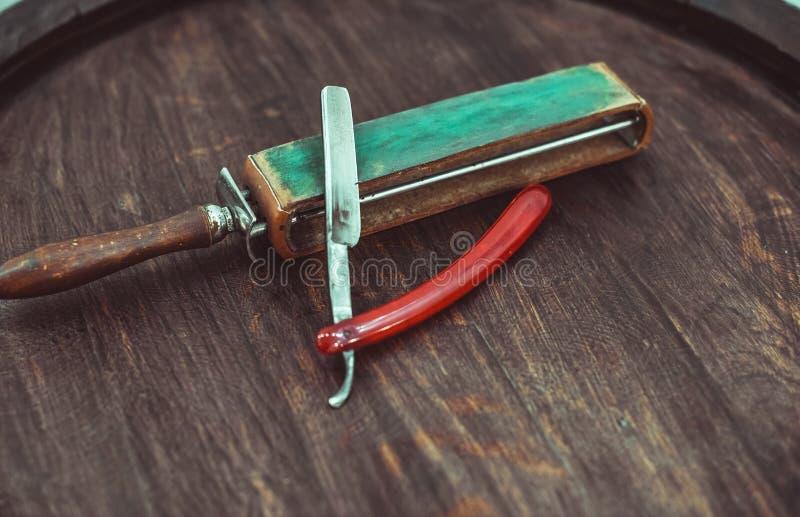 Gefährliches Rasiermesser der Weinlese mit ledernem Bleistiftspitzer stockfoto