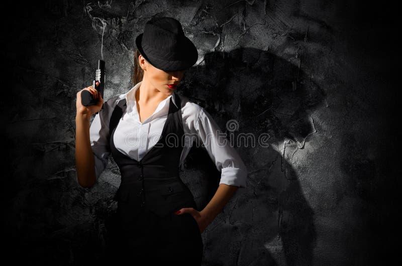 Gefährliches und schönes kriminelles Mädchen mit Gewehr lizenzfreies stockbild