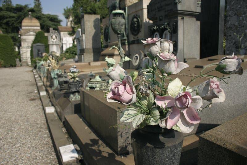 Gefälschte Blumen auf Grabstein lizenzfreie stockfotos