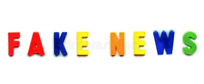 Gefälschte Nachrichten in den Plastikbuchstaben stockfotos
