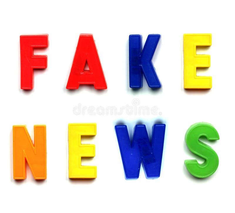 Gefälschte Nachrichten in den Plastikbuchstaben lizenzfreie stockfotografie