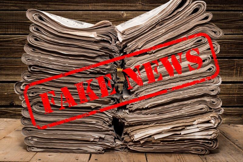 Gefälschte Nachrichten-gefälschte Posten-Tatsache stempeln, das gefälschte Nachrichten sagt stockfoto