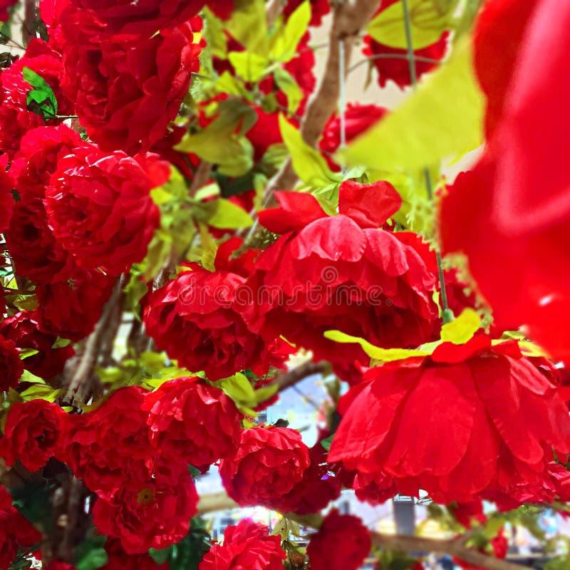 Gefälschte rote Rosen stockbilder