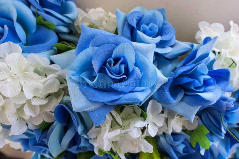 gefälschter blauer Textilrosenblumenstrauß stockfotografie