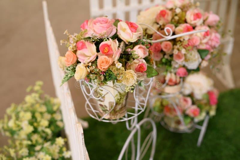 gefälschter Blumenblumenstrauß auf Fahrrad stockbilder