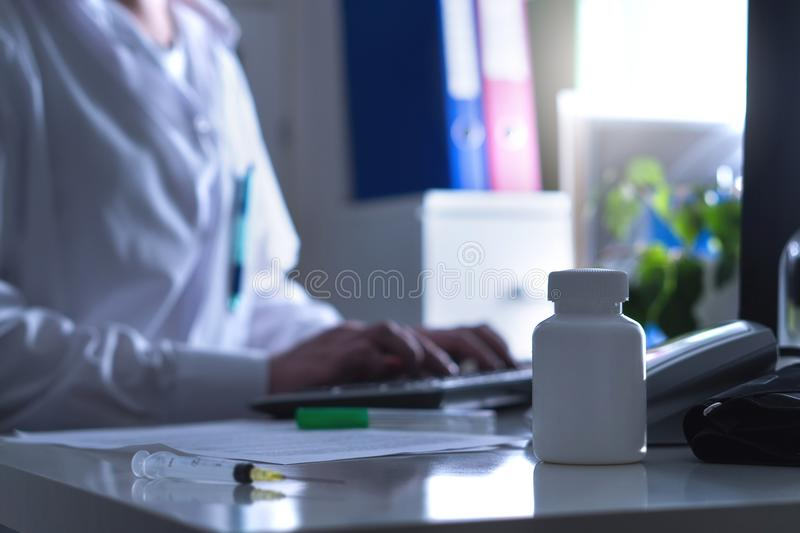 Gefälschter Doktor, Quaken oder Scharlatan im Krankenhausbüro stockbild