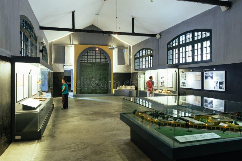 Gefängnis-Museumsinnenraum Hoa Lo, das alte Sachen und Informationen dieses Gefängnisses in Hanoi, Vietnam aufweisen stockbild