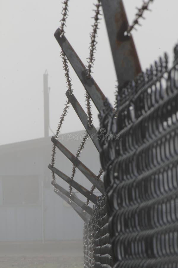 Gefängnis-Stacheldraht-Zaun Stockfoto - Bild von gefährlich ...