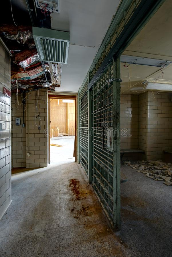 Gefängnis-Zelle - verlassenes Gericht lizenzfreie stockfotos