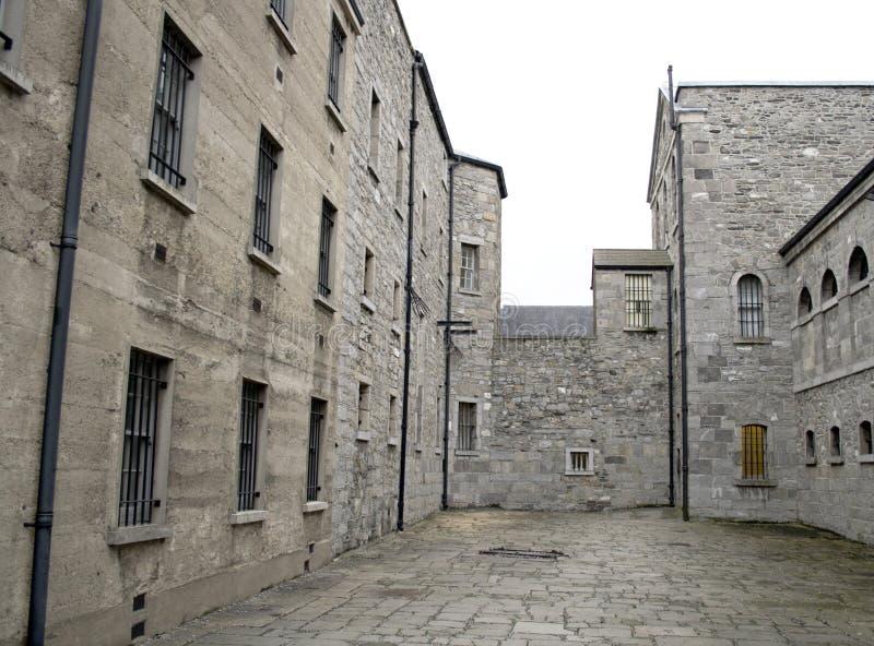 Gefängnishof stockfotos