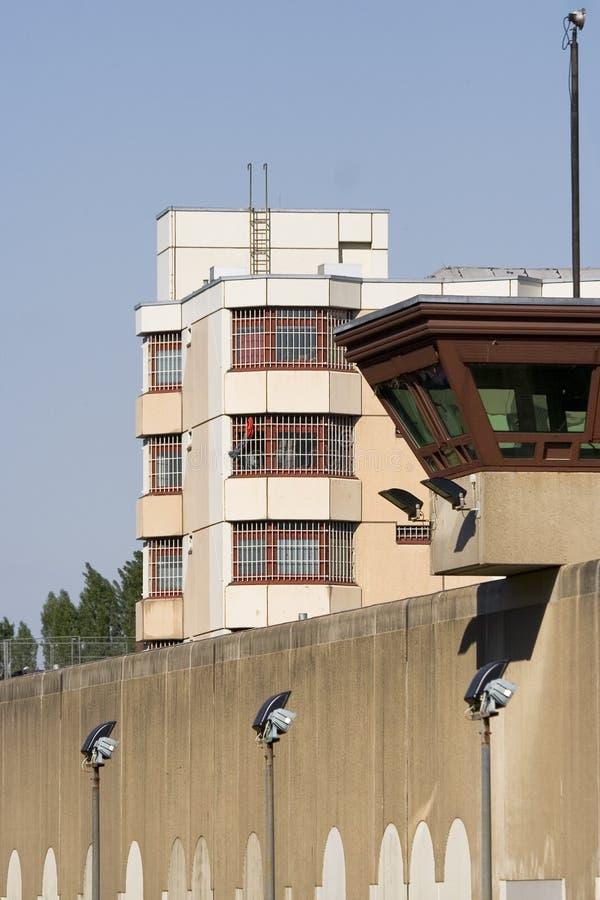 Gefängnisuhr-Kontrollturmgefängnis im Hintergrund stockbilder