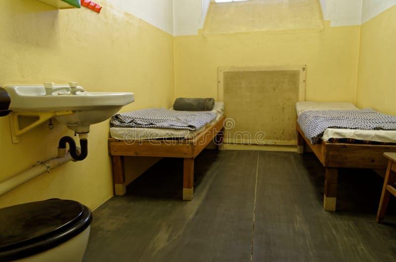 Gefängniszelle mit zwei Etagenbetten und Wanne werden in Stasi Museum in Leipzig, Deutschland herausgestellt stockfoto