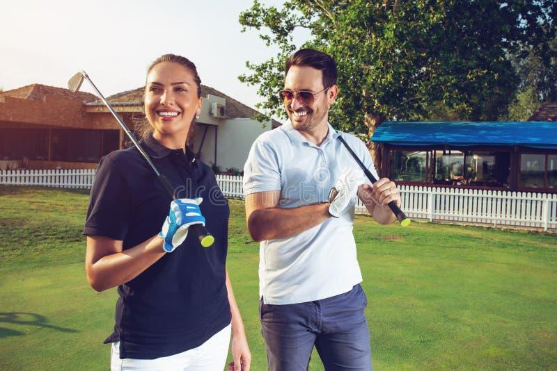 Gefühl des glücklichen Paars glücklich nach Golfspiel lizenzfreie stockfotos
