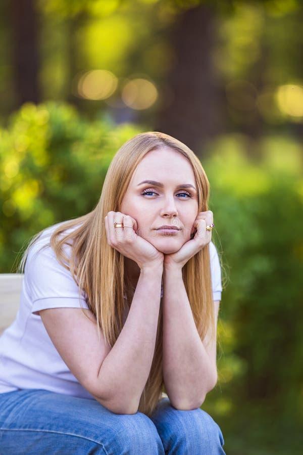 Gefühle des Mädchens, Ermüdung, Langeweile, Krise, Traurigkeit Attraktive gebohrte junge blonde kaukasische Frau, die ihren Kopf  stockbild