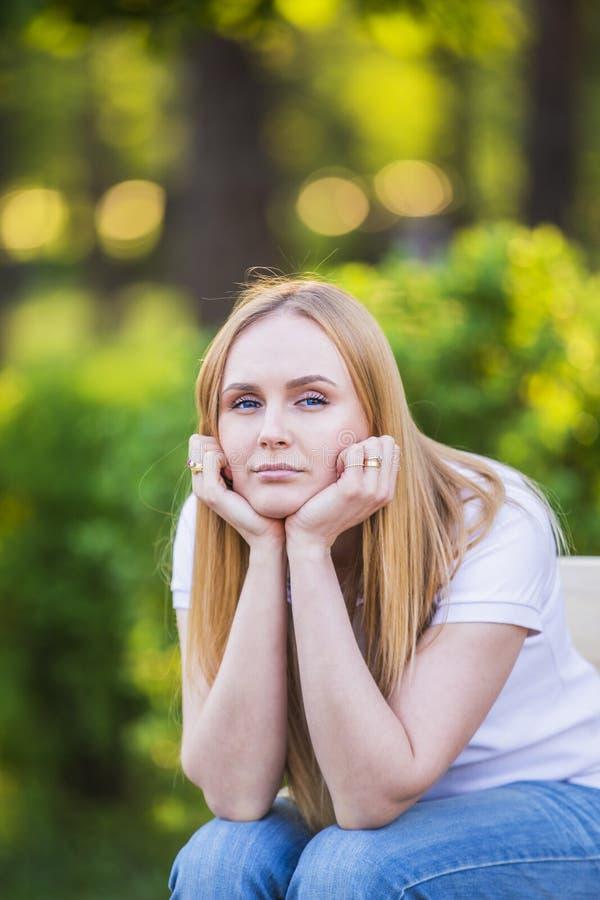 Gefühle des Mädchens, Ermüdung, Langeweile, Krise, Traurigkeit Attraktive gebohrte junge blonde kaukasische Frau, die ihren Kopf  stockbilder