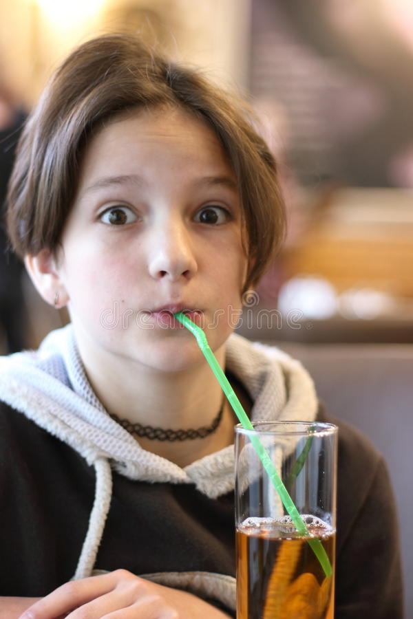 Gefühle eines Kindes während einer Mahlzeit stockbilder