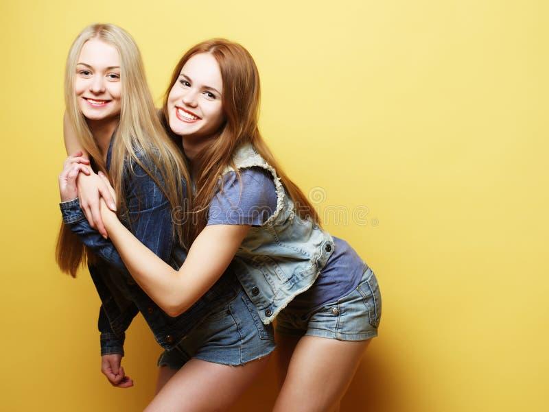 Gefühle, Leute, Teenager und Freundschaftskonzept - recht lächelnd lizenzfreie stockfotos
