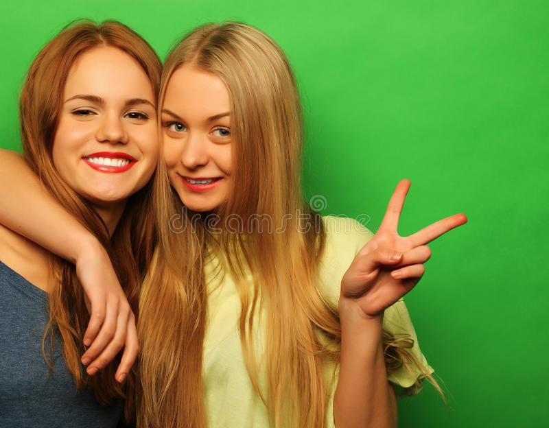 Gefühle, Leute, Teenager und Freundschaftskonzept - zwei junge jugendlich stockfotos