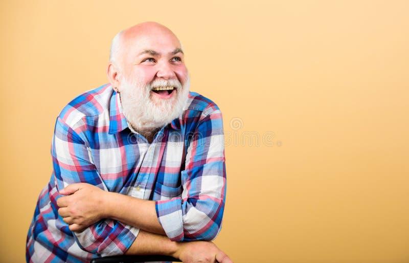 Gefühlgesichtsausdruck des bärtigen älteren Hippies positiver Spa? haben Ruhestandsfreizeit Älteres nettes emotionales des Mannes stockfotografie