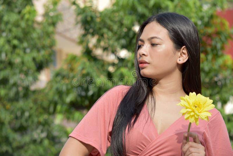Gefühllose asiatische Frau mit Blumen lizenzfreies stockfoto