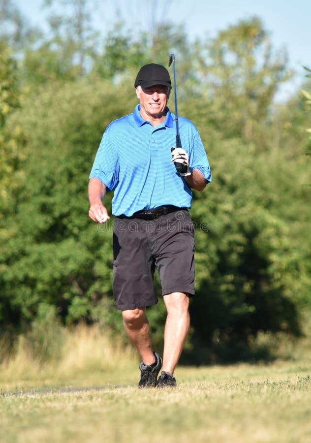 Gefühllose athletische ältere Person mit Golf Club-Gehen stockfotos
