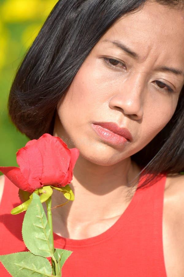 Gefühllose erwachsene Frau mit einer Blume stockbilder