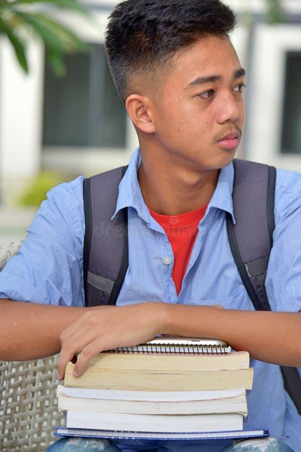 Gefühllose Hochschulphilippinischer Jungen-Student With Books lizenzfreies stockfoto