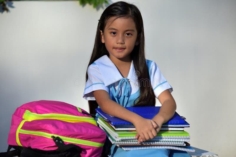 Gefühllose katholische Studentin-School Girl Wearing-Schuluniform mit Notizbüchern lizenzfreie stockbilder