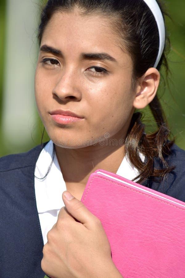 Gefühllose kolumbianische Studentin With Notebook lizenzfreie stockfotografie