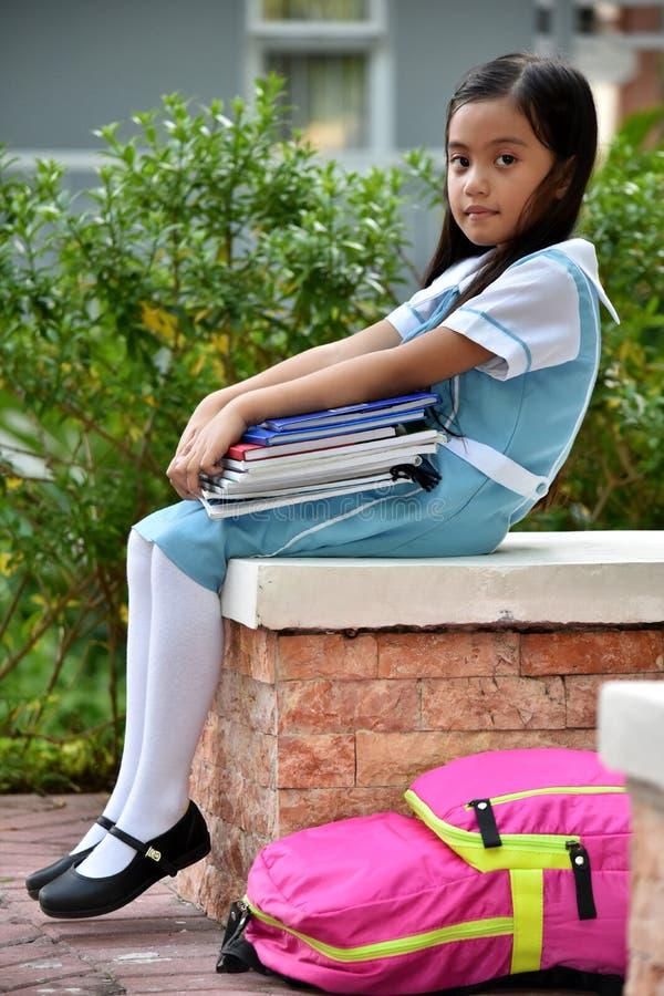 Gefühllose nette Minderheits-Kinderstudentin With Books lizenzfreie stockfotos