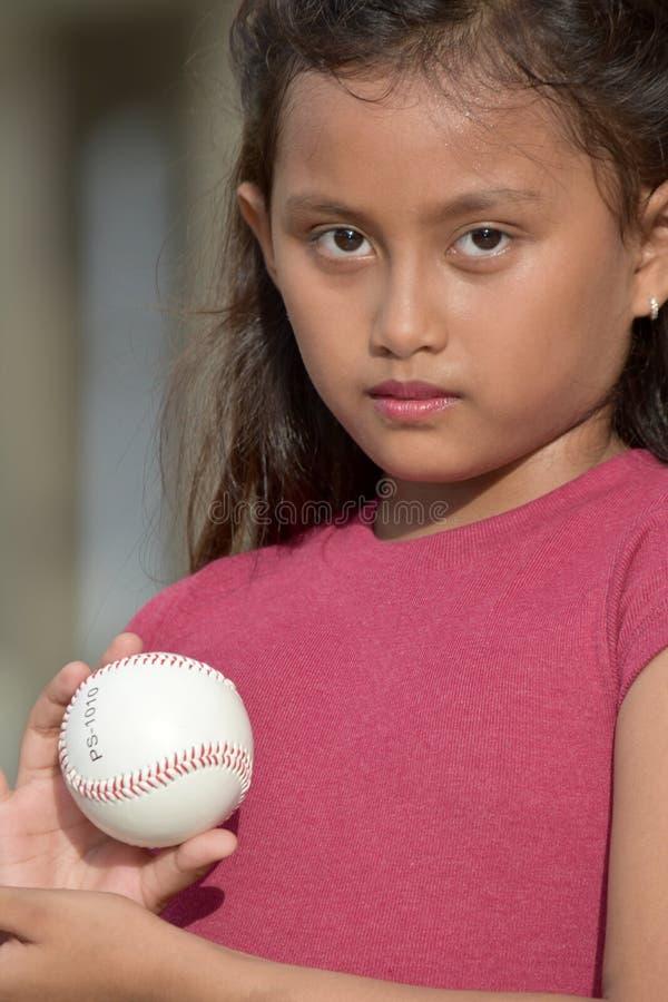Gefühlloser hübscher verschiedener weiblicher Athlet With Baseball lizenzfreie stockbilder