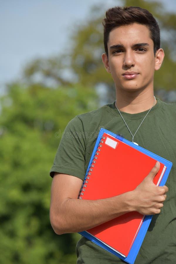 Gefühlloser hispanischer männlicher jugendlich Militärstudent stockfoto