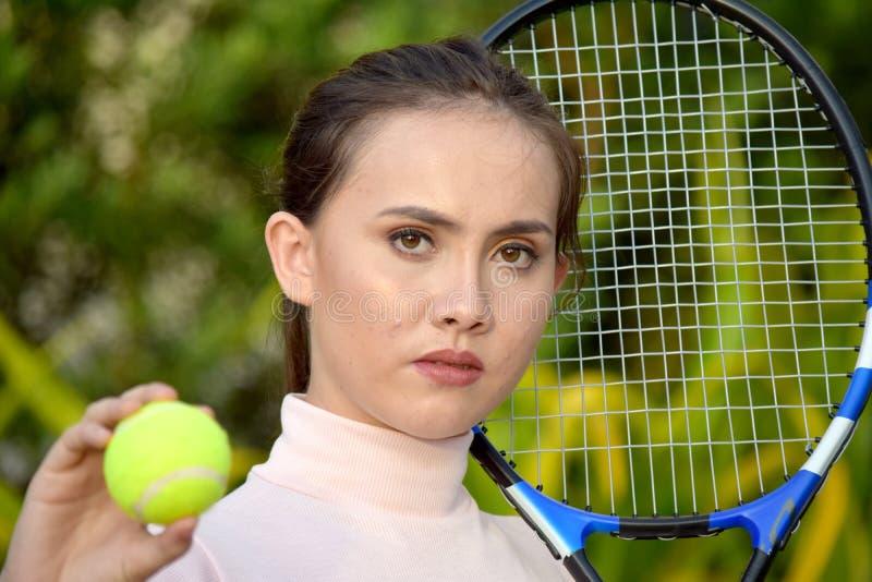 Gefühlloser Mädchen-Tennis-Spieler mit Tennis-Schläger stockbilder