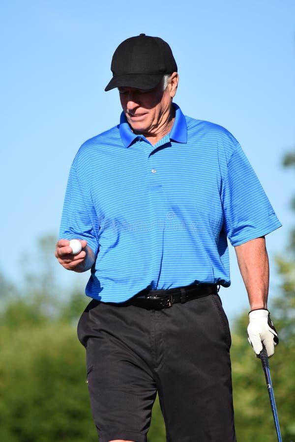 Gefühlloser männlicher Golfspieler-athletischer Mann mit Golf Club stockbild