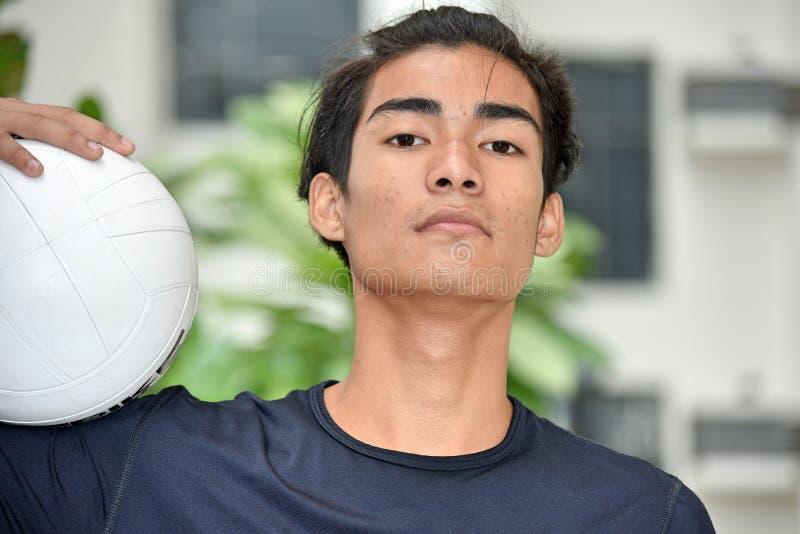 Gefühlloser Sitz-philippinischer männlicher Athlet Volleyball Player lizenzfreies stockbild